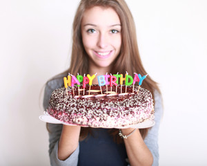 Geburtstagskuchen mit Mädchen