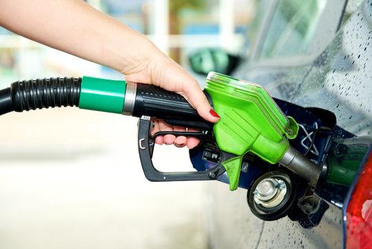 Frau tankt Benzin  - Detailaufnahme Hand mit Zapfpistole