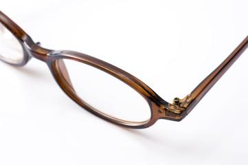 白背景に眼鏡フレームのクローズアップ