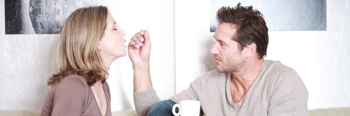 Ehepaar mit einer Tasse Tee auf der Couch