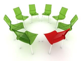 roter Stuhl mit grünen Stühlen