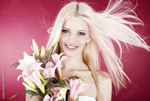 Улыбчивая блондинка рада попробовать себя в роли модели  45610