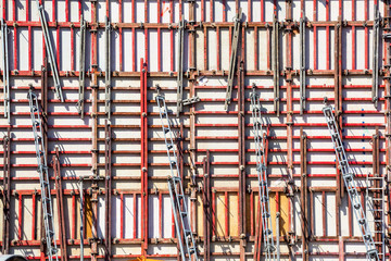 Schalungen auf Betonwand