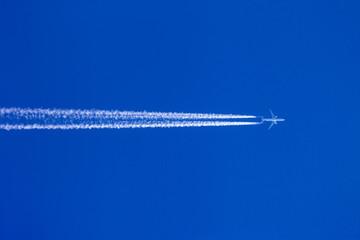 Flugzeug mit Kondensstreifen Wall mural