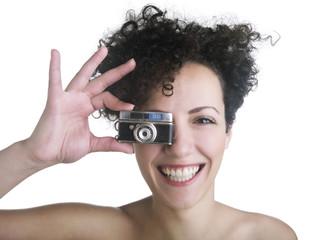 Ragazza sorridente con macchina fotografica