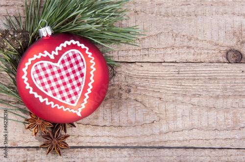 weihnachtskugel mit tannenzweig auf holz stockfotos und lizenzfreie bilder auf. Black Bedroom Furniture Sets. Home Design Ideas