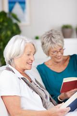 zwei ältere frauen lesen