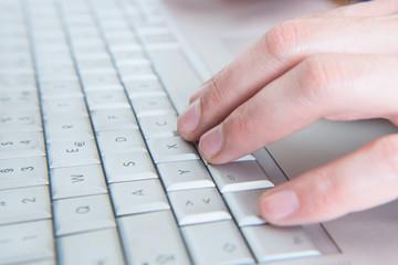 Tastatur mit Fingern die Tippen