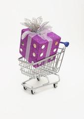 Geschenk in Einkaufswagen