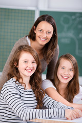 lächelnde schüler und lehrerin in der klasse