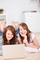 zwei teenager am laptop