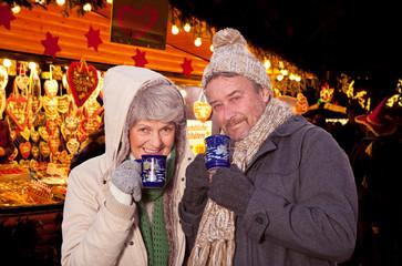 rehepaar auf dem weihnachtsmarkt