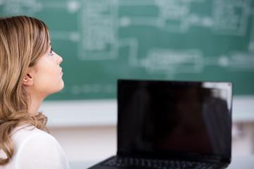 schülerin mit laptop im unterricht