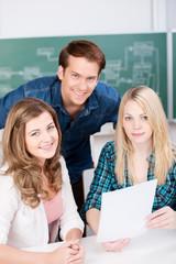 drei schüler arbeiten zusammen