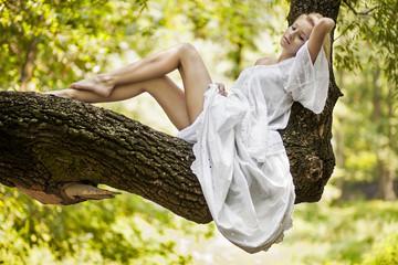 Kobieta na drzewie