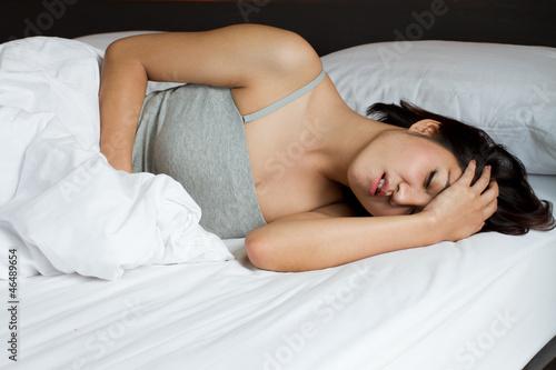 Деваха принимает душ и валяется на кроватке  126282