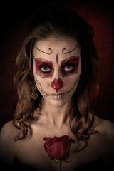 Портрет девушки с рисунком на лице и розой 2
