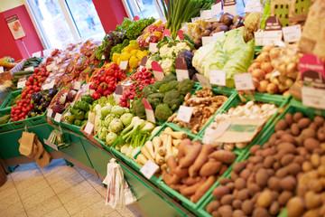 Gemüsetheke im Supermarkt