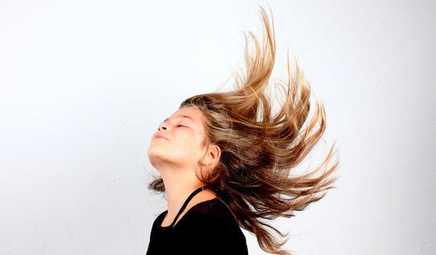 Petite fille cheveux au vent