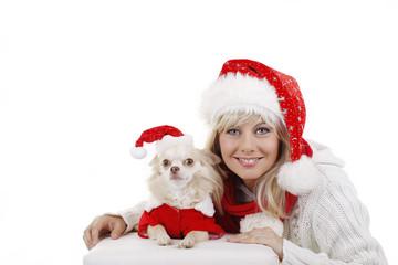 Frau und Hund tragen Weihnachtsmützen