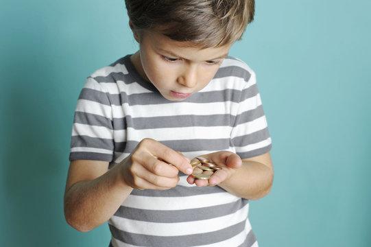 Kind zählt sein Taschengeld
