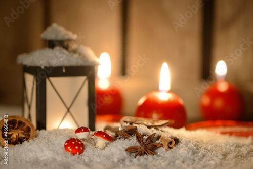 leuchtende laterne zu weihnachten mit kerze stockfotos. Black Bedroom Furniture Sets. Home Design Ideas