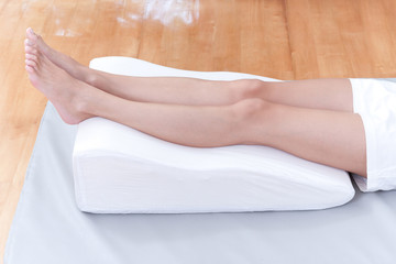 preventing varicose vein by lay down legs on pillow