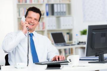 geschäftsmann führt freundliches telefonat