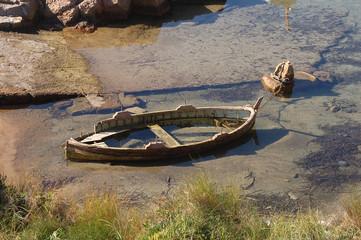 vecchia barchetta semi affondata