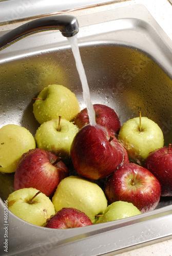 """""""Lavando manzanas con agua,grupo de manzanas."""" Stock photo ..."""
