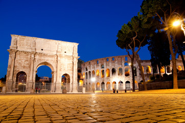 Fototapete - Colosseo and Arco di constantino night view at Roma - Italy