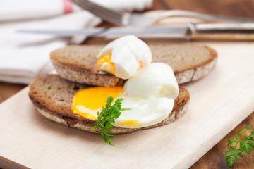Gekochtes Ei auf Graubrot