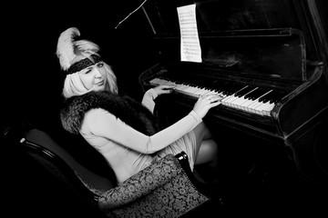 Женщина играет на фортепиано