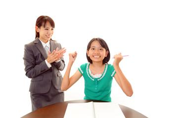 ガッツポーズをする女の子と先生