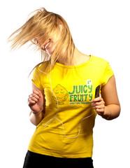 Jeune femme dansant en ecoutant son baladeur mp3