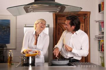 Lachende Köchin und italienischer Koch
