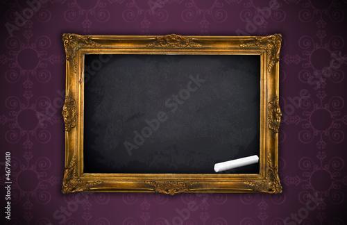 bilderrahmen mit kreidetafel in gold vor violetter tapete. Black Bedroom Furniture Sets. Home Design Ideas