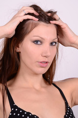 frau spielt mit den haaren