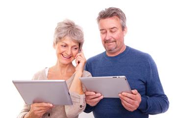 senioren mit tablet und handy