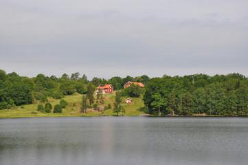 Schwedische Holzhäuser am See, bei Västervik, Schweden