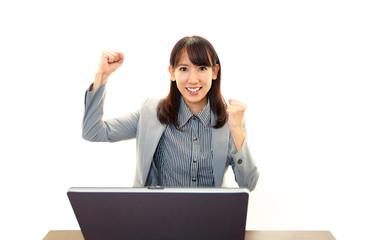 パソコンで仕事中の笑顔のOL