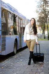 Attraktive junge Frau an der Bushaltestelle