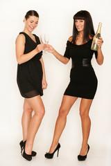 Zwei Frauen feiern Silvester