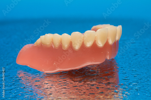 Zahnvollprothese auf blauem wassertropfen Stockfotos und