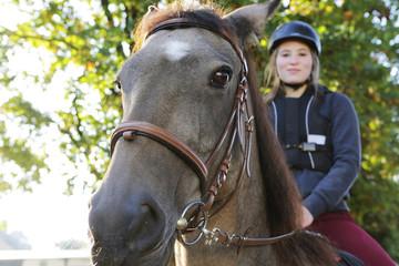 mädchen reitet auf einem pferd
