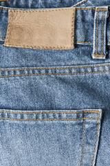 Detalle de la etiqueta de cuero de un pantalón vaquero