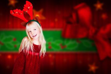 junges Mädchen mit Weihnachtsverkleidung