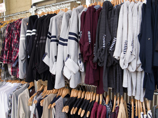 店頭に並んだシャツ