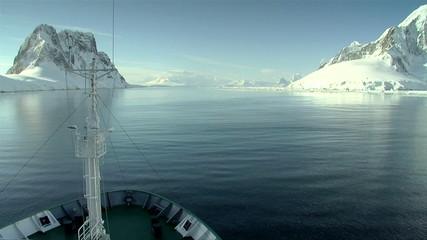 Fototapete - ship cruises through antarctica
