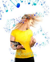 Notes de musique s'enroulant autour d'une femme qui danse